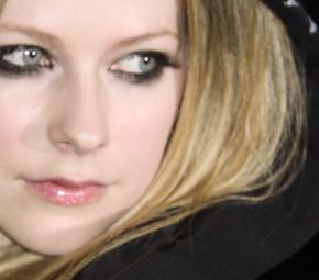 Avril aparece com novo look no Canadá