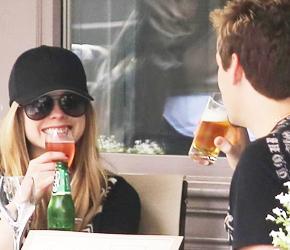 Fotos de Avril passeando com Chad em Paris