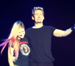 Avril Lavigne recebe parabéns em coro no show do Nickelback