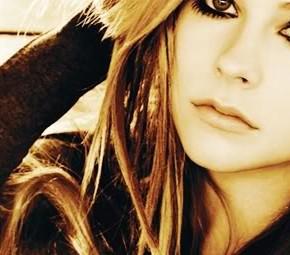 Avril Lavigne revela suas novas idéias para seu vestido de noiva