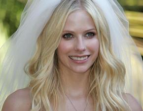 Avril Lavigne irá desenhar seu próprio vestido de noiva