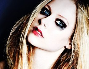 Avril Lavigne divulga capa de Here's To Never Growing Up