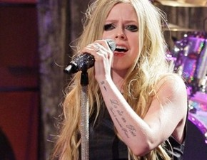 Assista à performance de Here's To Never Growing Up no Jay Leno