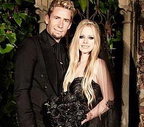 Revista Caras comenta sobre o vestido de casamento de Avril
