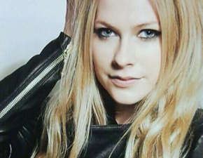 Scans: Avril na capa da revista In Rock
