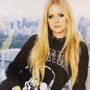 Scans: Avril para a edição de abril da revista InRock