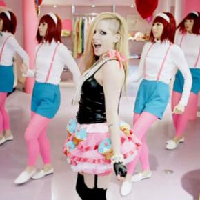 """Avril Lavigne é uma """"heroína cultural"""", segundo embaixada japonesa"""