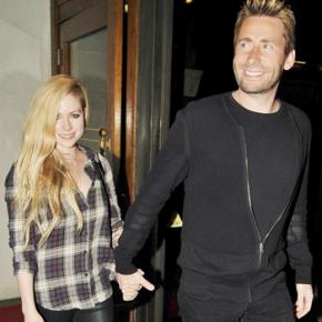 Avril e Chad são vistos deixando restaurante em Los Angeles (23.04)