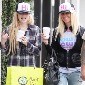 Avril é vista deixando loja em Malibu, na Califórnia (17.04)