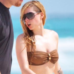 Avril é vista curtindo praia em Cancun, México (11.05)