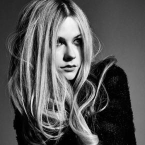 Avril Lavigne fala sobre Keep Holding On, Sk8er Boi e outros assuntos em entrevista