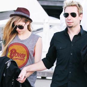 Avril e Chad Kroeger são vistos juntos em cinema, no Canadá