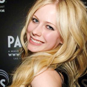 Avril Lavigne publica mensagem de amor para sua família no Twitter