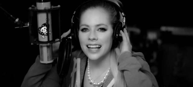 Assista ao novo clipe de Avril Lavigne para a canção Fly