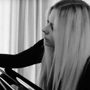 Avril compartilha informações sobre seu novo álbum e assina com a BMG
