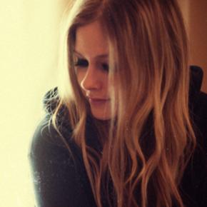 """Attitude: """"As pessoas precisam parar de ver a Avril Lavigne como uma piada"""""""