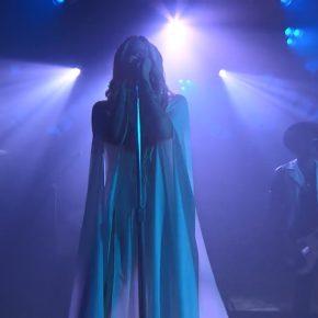 """Avril Lavigne apresenta """"Head Above Water"""" pela primeira vez na TV"""