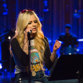 "Avril Lavigne faz nova performance de ""Head Above Water"""