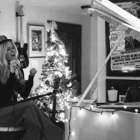 """Em evento de caridade, Avril Lavigne apresenta """"Tell Me It's Over"""" pela primeira vez"""