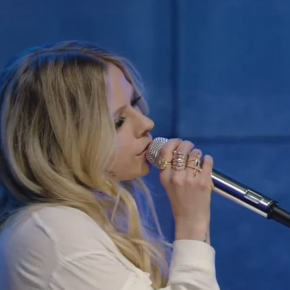 "No 'Live with Kelly and Ryan', Avril Lavigne canta ""Head Above Water"""