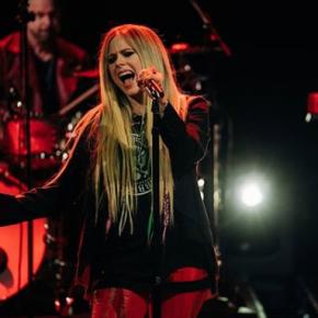 """Avril Lavigne canta """"I Fell In Love with the Devil"""" no programa de James Corden"""