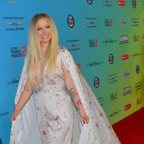 No Radio Disney Music Awards, Avril Lavigne revisita canções dos 17 anos de carreira