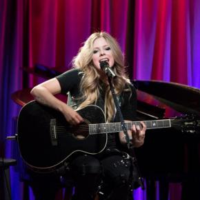 No Grammy Museum, Avril fala da carreira e canta Warrior pela primeira vez