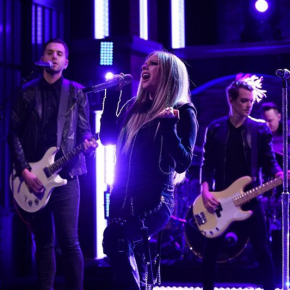 Avril Lavigne canta Tell Me It's Over no Late Night with Seth Meyers
