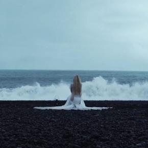 Videoclipe de Head Above Water atinge 100 milhões de visualizações