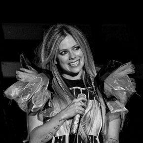 Avril Lavigne anuncia show beneficente com transmissão online
